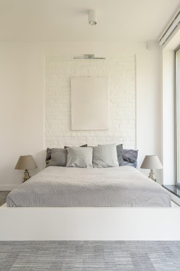 有巴黎人别致的轻的卧室 免版税库存照片