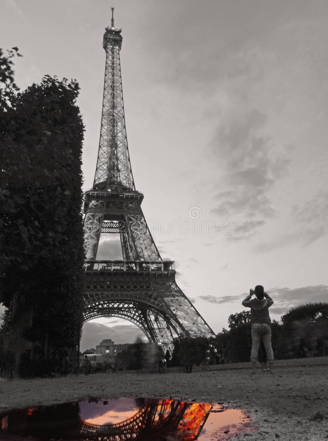 有巴黎人颜色的黑白艾菲尔铁塔在水中 免版税库存图片