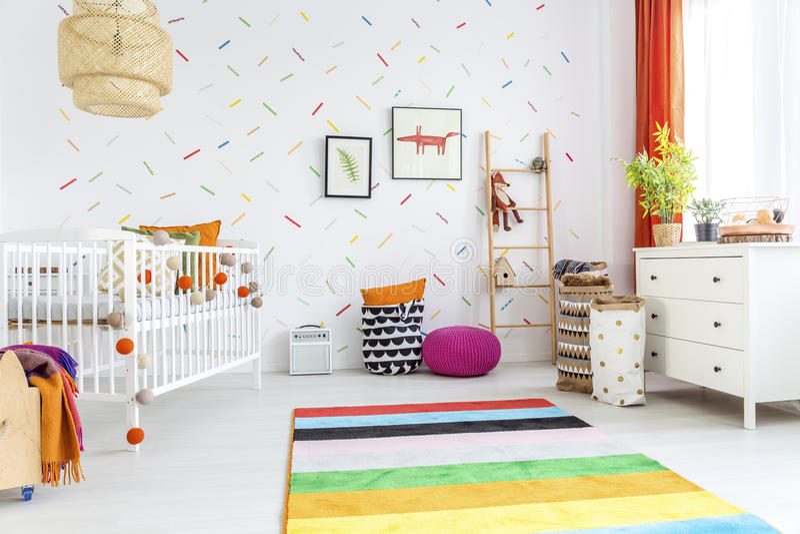 有轻便小床的白色婴孩室 免版税库存照片
