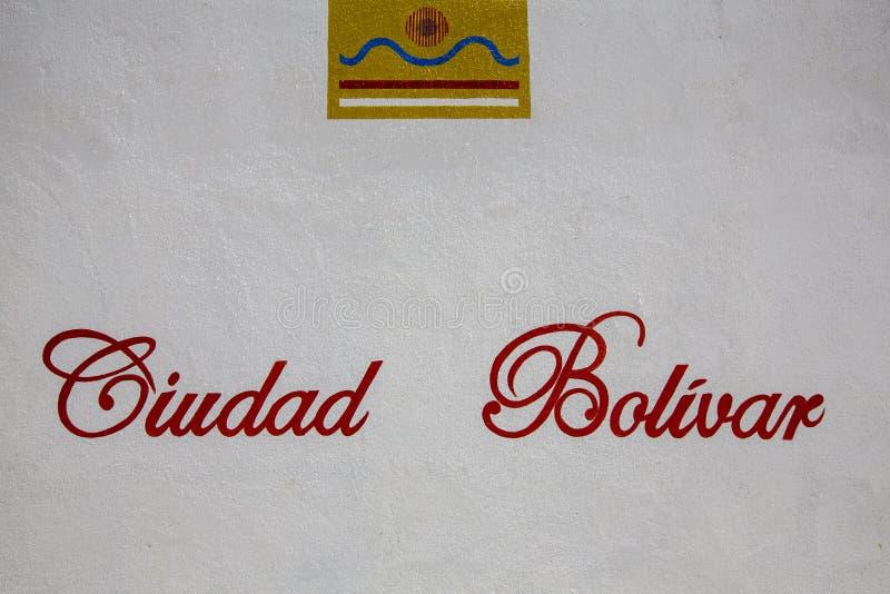 有玻利瓦尔城城市的词和商标的白色墙壁 Venez 库存图片