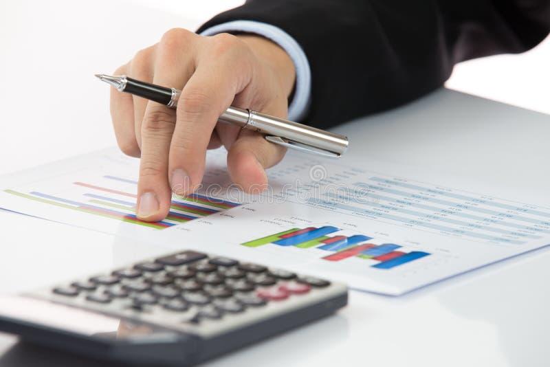 有财务报告的手 免版税图库摄影