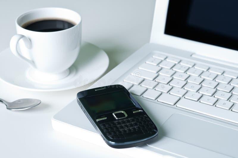膝上型计算机和咖啡杯 图库摄影