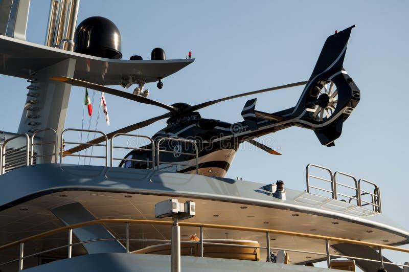 有直升机的游艇 免版税库存图片