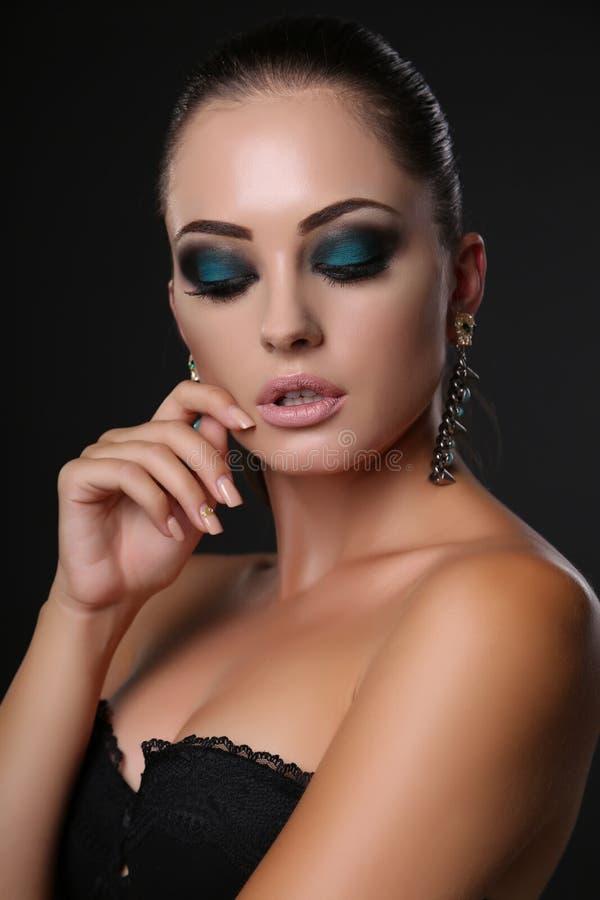 有黑发和晚上构成的性感的女孩与珠宝 图库摄影