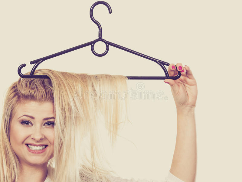 有头发的白肤金发的妇女在晒衣架 免版税图库摄影