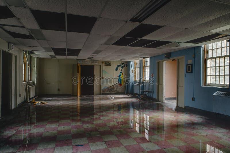 有洪水和反射的-被放弃的医院/疗养院葡萄酒室-纽约 库存图片