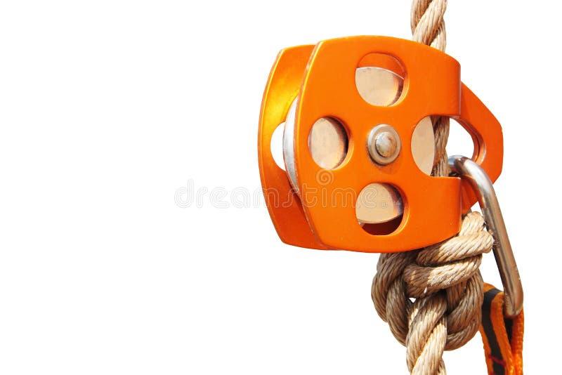 有绳索和carabiner的橙色上升的滑轮(被隔绝) 免版税库存图片