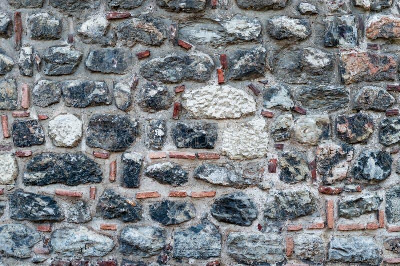 有黏土、瓦片和陶器的老石墙 库存图片