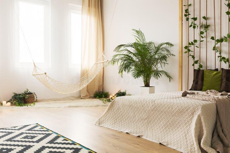 有绳索墙壁的沙子卧室 库存图片