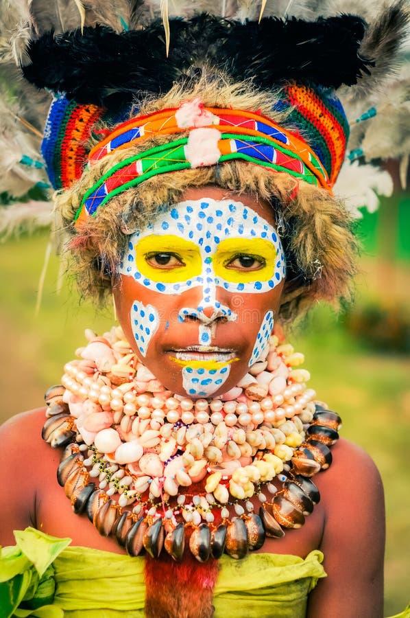有贝壳的女孩在巴布亚新几内亚 免版税库存照片