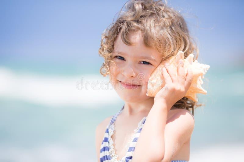 有贝壳的孩子 图库摄影