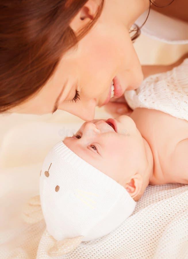 有婴孩的愉快的母亲 库存图片