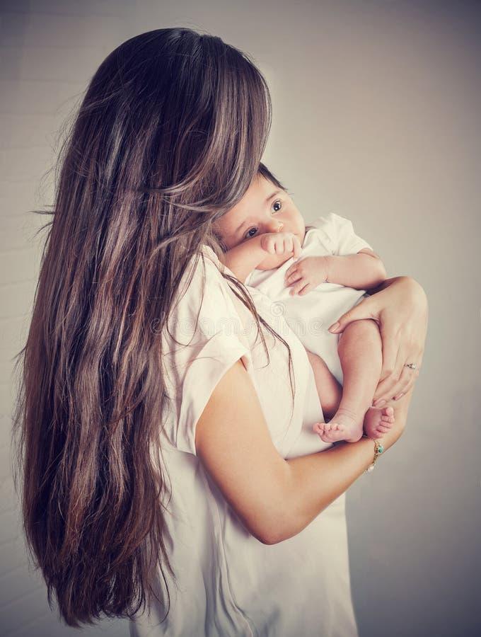 有婴孩的柔和的母亲 库存图片