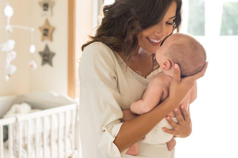 有婴孩的母亲胳膊的 库存图片