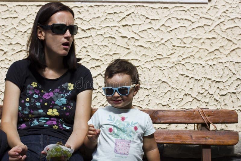 有婴孩的母亲长凳的 免版税库存图片