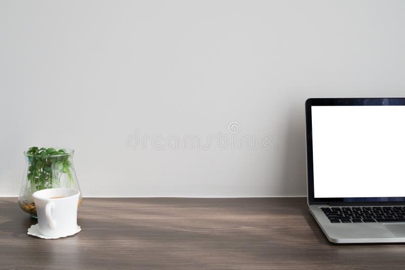 有黑屏的办公桌在膝上型计算机,新鲜的咖啡杯,矮人 免版税库存图片