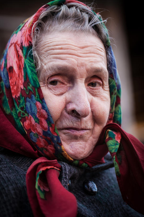 有围巾的微笑的老妇人 库存图片