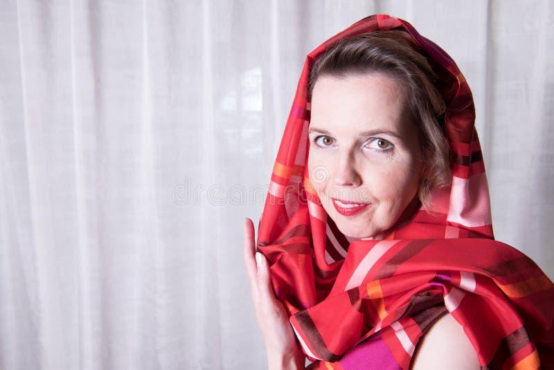 有围巾的画象可爱的妇女在她的头附近 免版税图库摄影