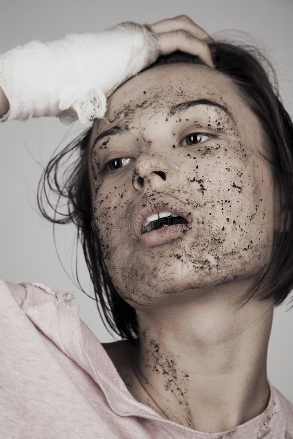 有绷带和泥泞的面孔的妇女 免版税库存图片