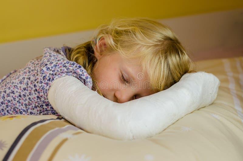 有绷带的睡觉的女孩 库存照片