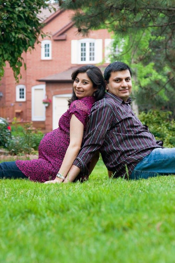有他怀孕的妻子的愉快的东印度人丈夫 免版税图库摄影