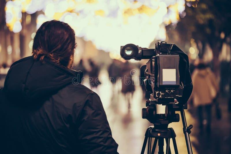 有他摄象机射击的摄影师室外在塞维利亚,西班牙的历史中心 库存图片