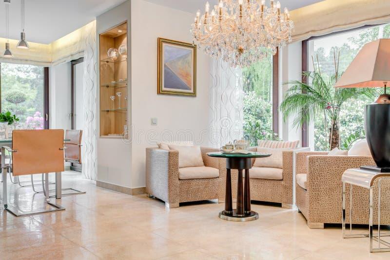 有水晶枝形吊灯的客厅 图库摄影