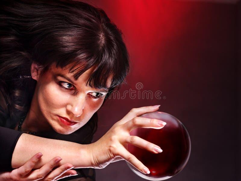 有水晶球的少妇。 免版税图库摄影