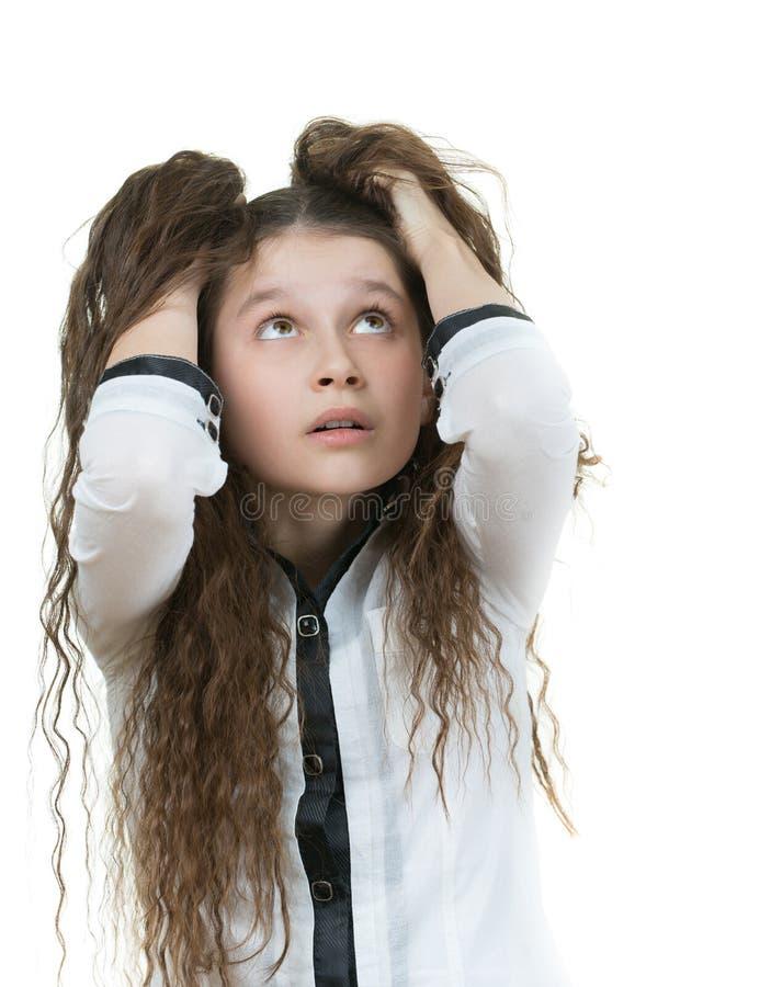 有黑暗的卷发的惊奇的女小学生 库存图片
