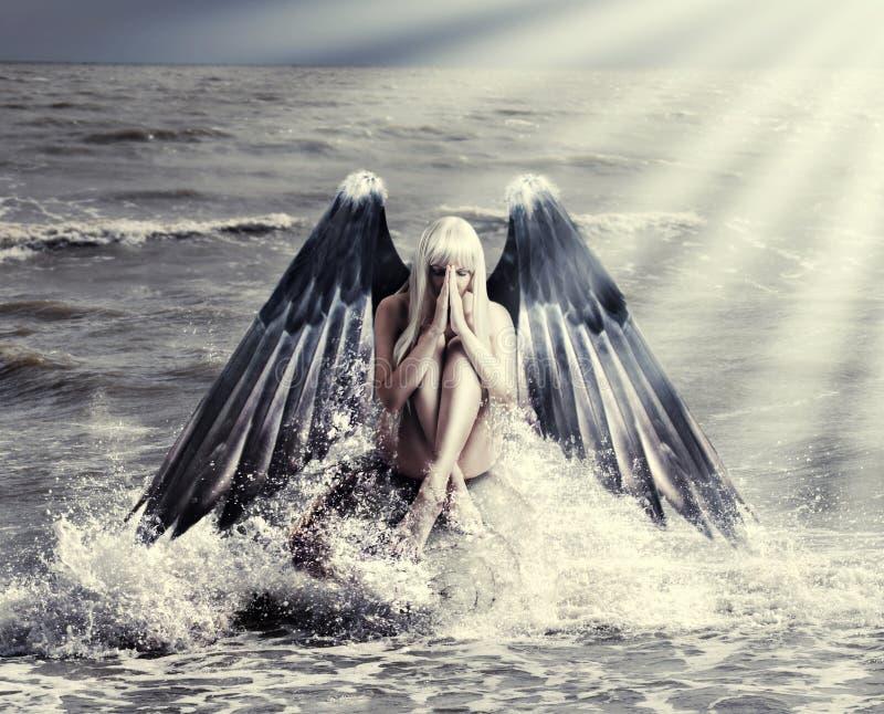 有黑暗的天使翼的妇女 图库摄影