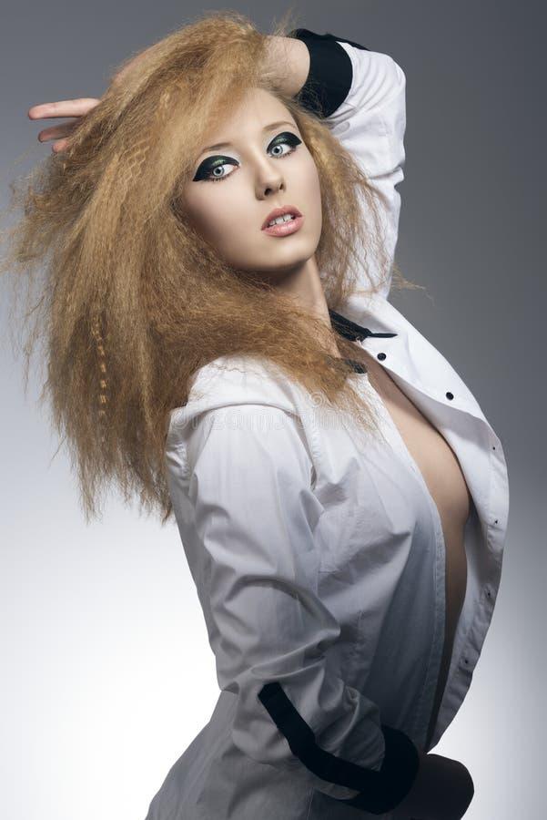 有黑暗的构成的逗人喜爱的白肤金发的女孩 库存照片