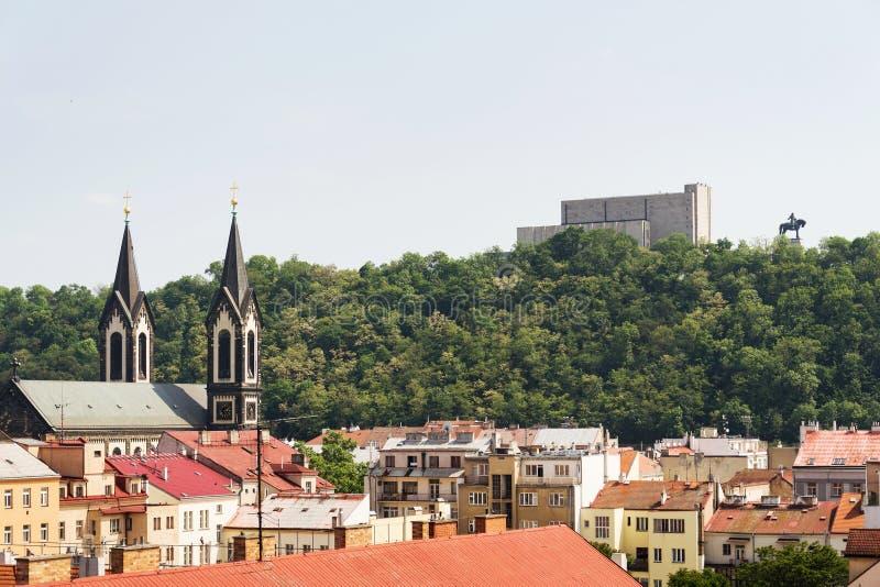 有1月Zizka骑马雕象的在全国纪念维特科夫前面,有教会的卡尔林区布拉格全景 免版税库存图片
