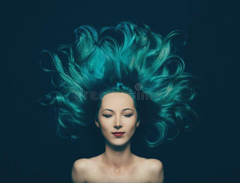 有绿松石颜色的长的头发的美丽的女孩 免版税库存照片