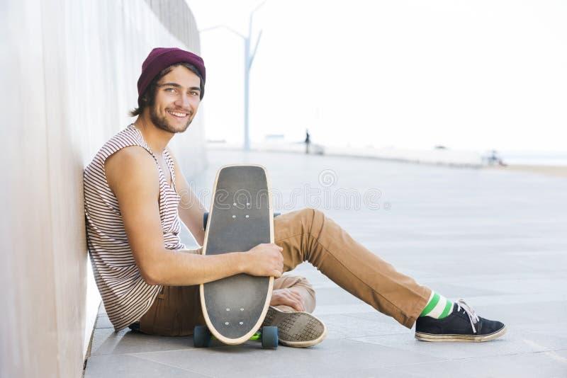 有滑板的愉快的人在小径 免版税库存图片