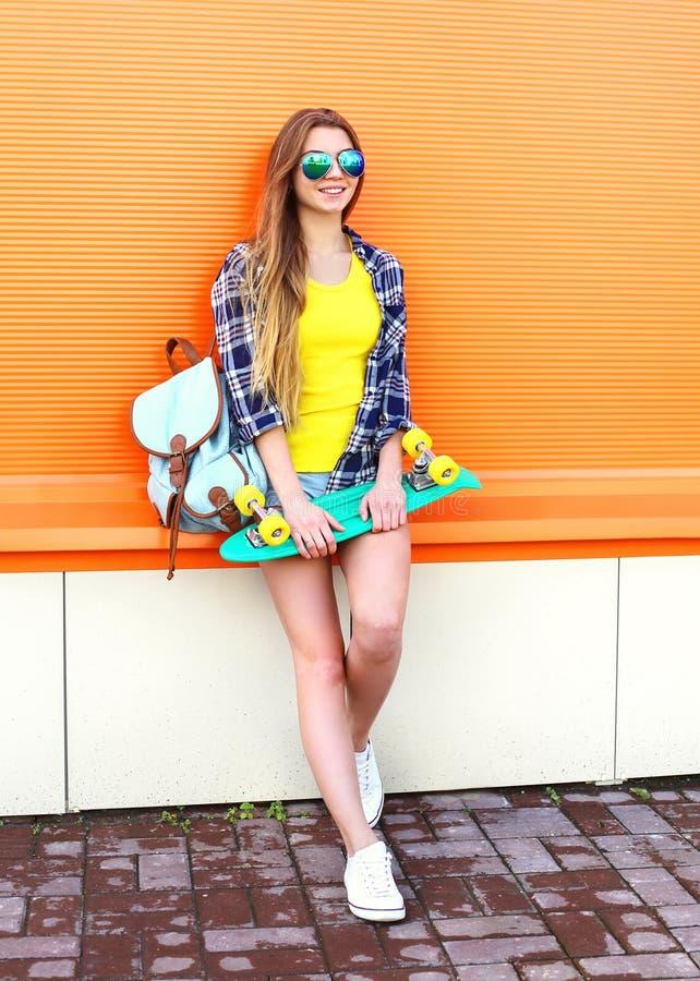 有滑板的时尚相当凉快的女孩 免版税库存照片