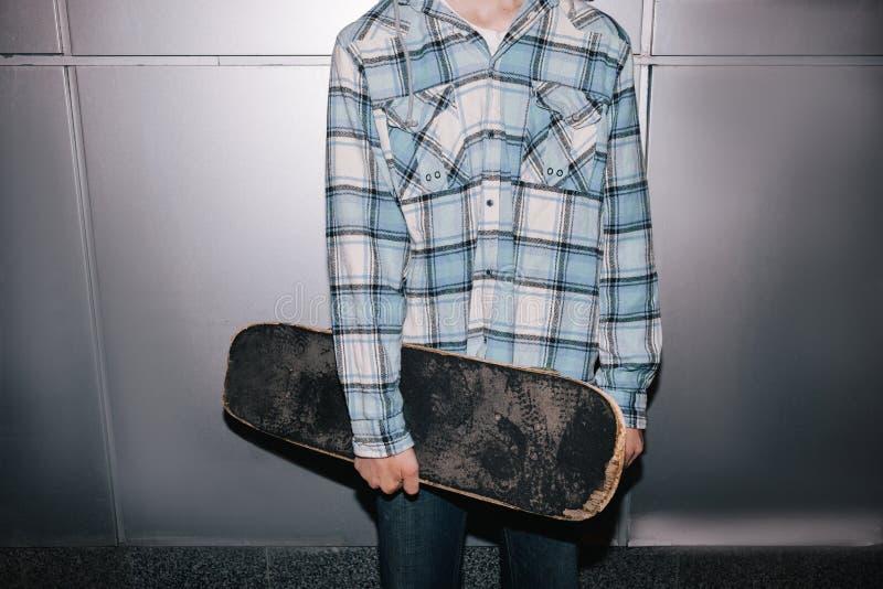 有滑板的溜冰板者 街道样式 库存图片