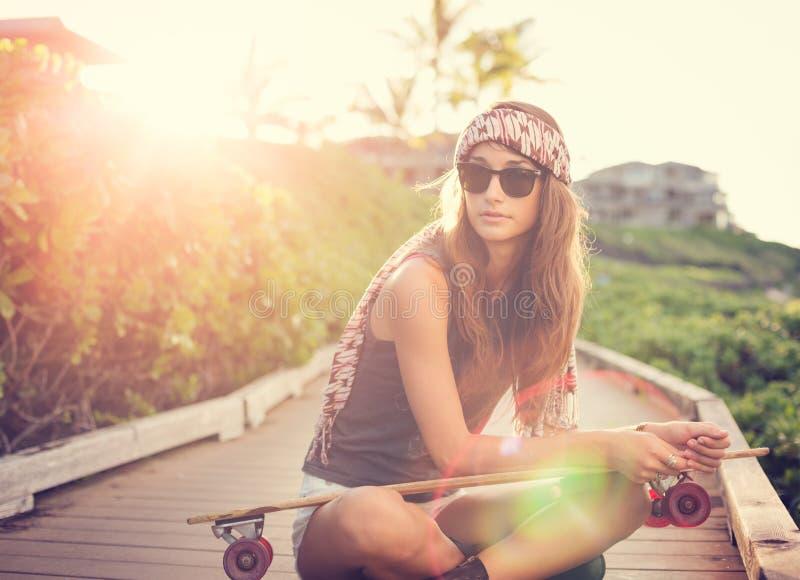 有滑板的美丽的少妇 图库摄影