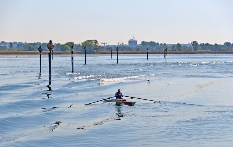 有水标号和划船者的湖 免版税库存照片