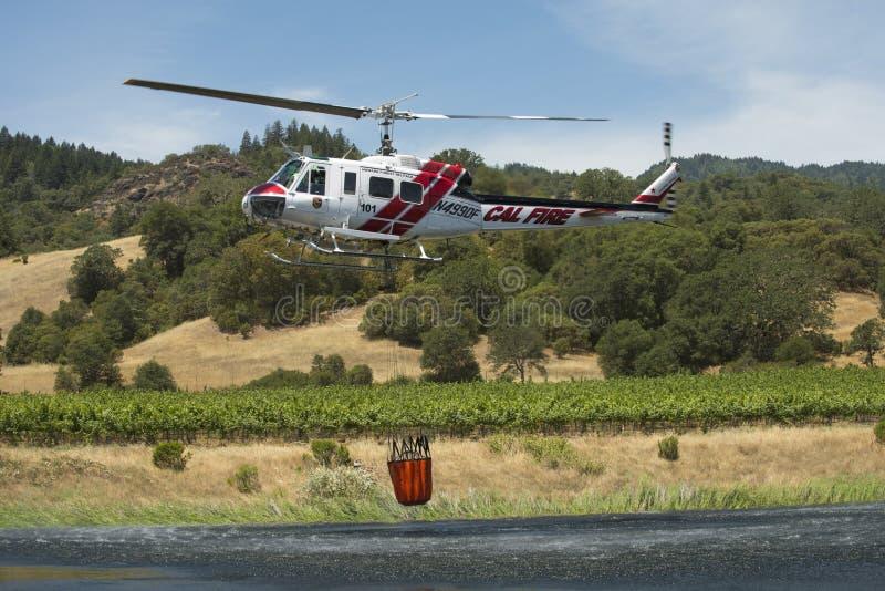 有水桶的消火加利福尼亚直升机 图库摄影