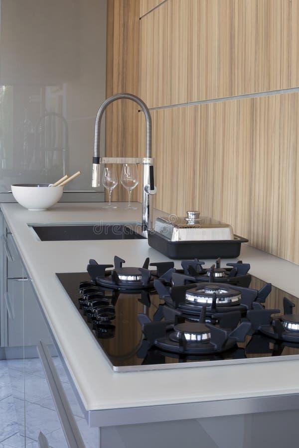 有水槽和火炉的厨房 库存图片