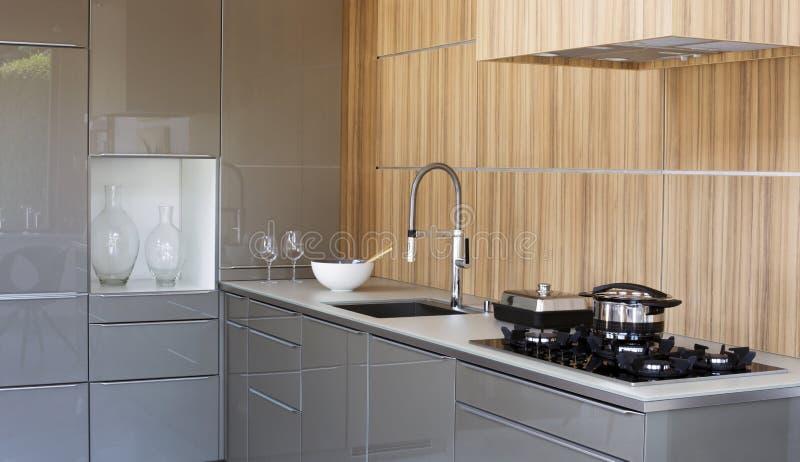 有水槽和火炉的厨房 图库摄影