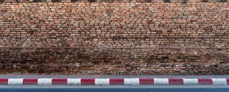 有水泥小路的老砖墙 免版税库存图片