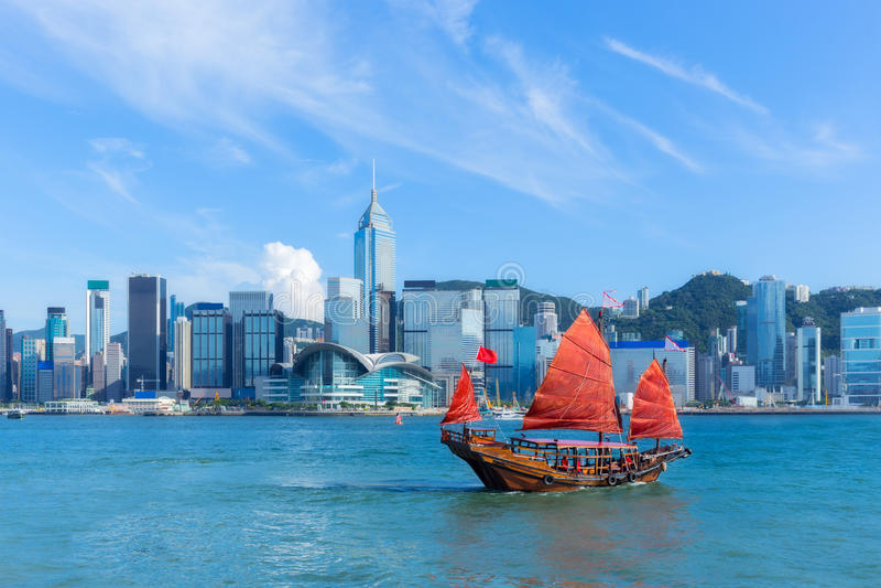 有破烂物小船的香港港口 图库摄影
