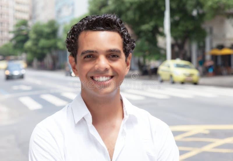 有暴牙的微笑的现代拉丁人在城市 免版税图库摄影