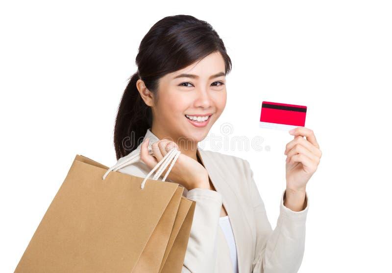 有购物概念的亚裔妇女与信用卡 免版税库存照片