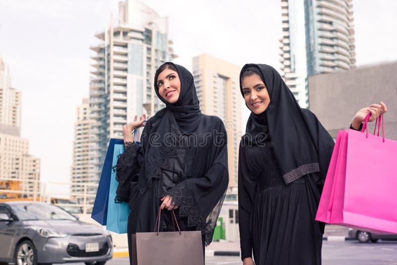 有购物袋的中东妇女 免版税图库摄影