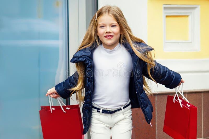 有购物袋的可爱的女孩 库存图片