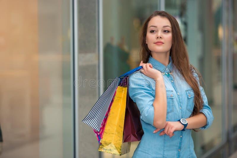 有购物袋的妇女在购物中心 图库摄影
