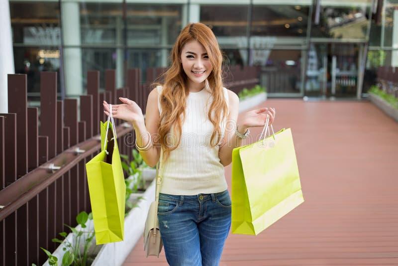 有购物袋的美丽的妇女 库存照片