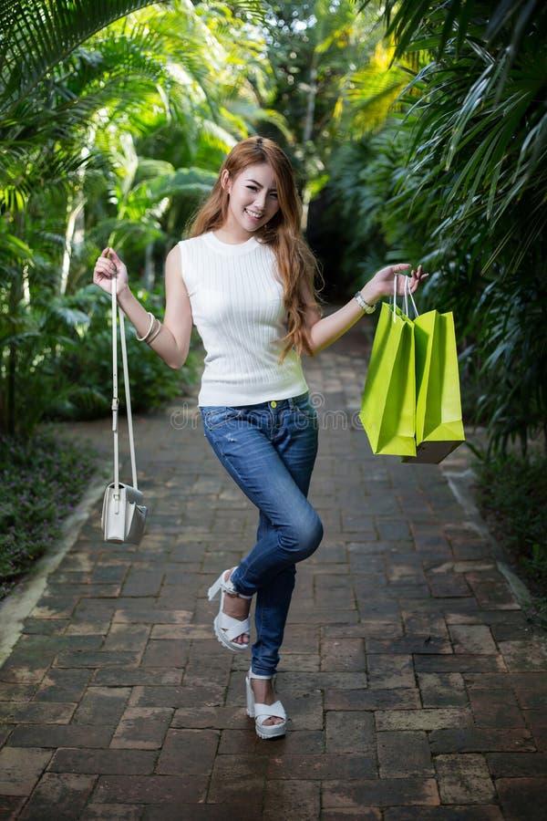 有购物袋的美丽的妇女 免版税图库摄影